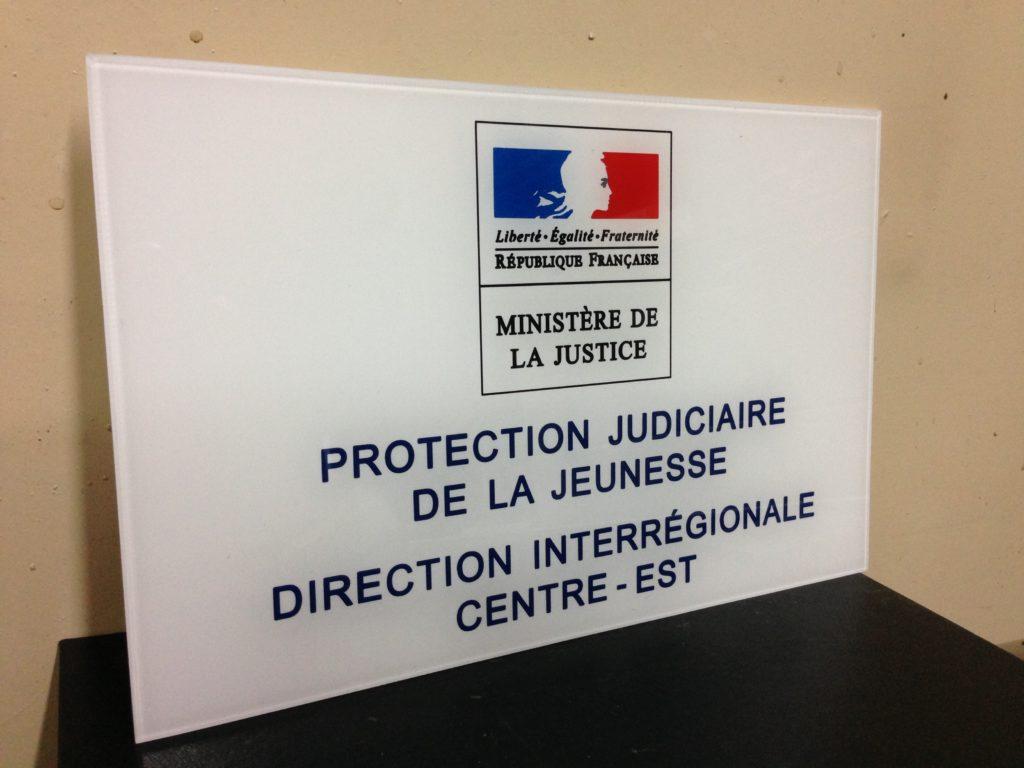 Plaque du Ministère Judiciaire de la Jeunesse